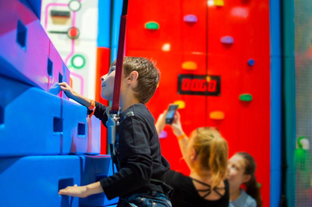 enfant sur un mur d'escalade