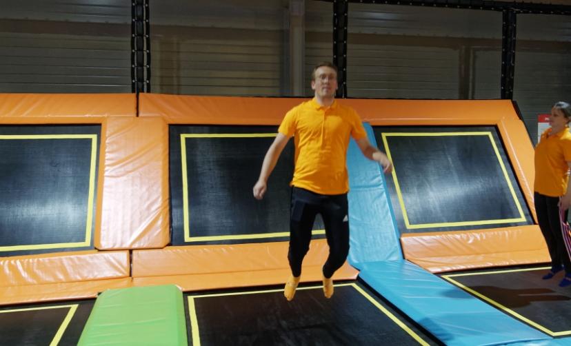 Homme qui saute sur un trampoline