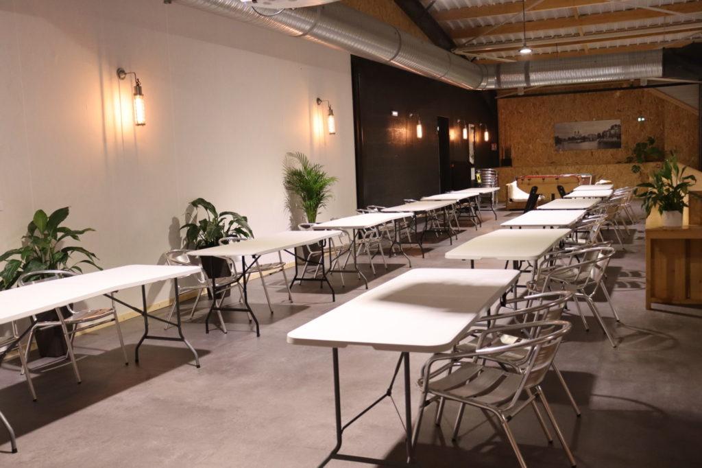 Des tables sur la longueur de la mezzanine